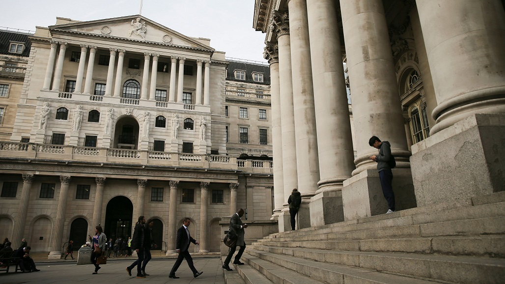 People walk and sit outside the Royal Exchange (R) and The Bank of England in the City of London on November 1, 2017. The Bank of England, on guard against soaring Brexit-fuelled inflation, is on the precipice of lifting its key interest rate November 2 for the first time since 2007, according to analysts. / AFP PHOTO / Daniel LEAL-OLIVAS / TO GO WITH STORY BY ROLAND JACKSON        (Photo credit should read DANIEL LEAL-OLIVAS/AFP/Getty Images)